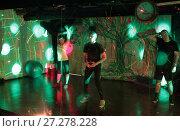 Купить «Танцы с инструктором на свободной площадке», эксклюзивное фото № 27278228, снято 10 декабря 2017 г. (c) Дмитрий Неумоин / Фотобанк Лори
