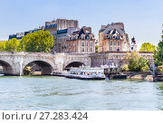 Купить «Остров Сите. Туристический корабль Vedettes du Pont Neuf на реке Сена. Конная статуя Анри IV. Париж, Франция», фото № 27283424, снято 9 мая 2017 г. (c) Николай Коржов / Фотобанк Лори
