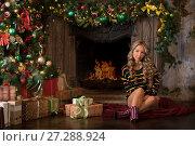 Купить «Девушка сидит у камина в рождественскую ночь», фото № 27288924, снято 29 ноября 2017 г. (c) Литвяк Игорь / Фотобанк Лори