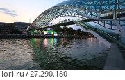 Купить «Грузия, город Тбилиси, вид с набережной на мост Мира и река Кура вечером», видеоролик № 27290180, снято 23 сентября 2017 г. (c) Яна Королёва / Фотобанк Лори