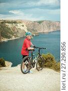 Купить «Portrait male cyclist with a mountain bike», фото № 27290856, снято 4 августа 2015 г. (c) Наталья Давыдова / Фотобанк Лори