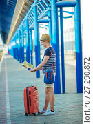 Купить «Young man waiting for the train at the railway station. Man with suitcases», фото № 27290872, снято 20 августа 2015 г. (c) Наталья Давыдова / Фотобанк Лори
