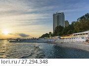 Купить «Красивое современное здание жилого комплекса Маяк Александрии возвышается над городским пляжем, оборудованном зонтиками и шезлонгами. Закат», фото № 27294348, снято 9 июня 2017 г. (c) Наталья Гармашева / Фотобанк Лори