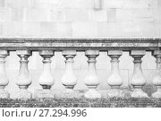 Купить «Old white handrail with classic balusters», фото № 27294996, снято 3 ноября 2017 г. (c) EugeneSergeev / Фотобанк Лори