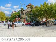 Купить «Современная абстрактная скульптура на городской улице, Тирана, Албания», фото № 27296568, снято 6 сентября 2017 г. (c) Ольга Коцюба / Фотобанк Лори