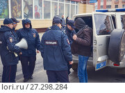 Купить «Norilsk, Russia - June 12, 2017: The police arrested the offender», фото № 27298284, снято 12 июня 2017 г. (c) Александр Сергеевич / Фотобанк Лори