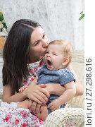 Купить «Женщина с ребенком на летней террасе», фото № 27298616, снято 24 ноября 2017 г. (c) Владимир Мельников / Фотобанк Лори