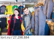 Buyers measure sports windbreakers. Стоковое фото, фотограф Яков Филимонов / Фотобанк Лори