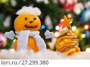 Купить «Елочка из мандариновых корок и снеговик из мандаринов», эксклюзивное фото № 27299380, снято 5 января 2017 г. (c) Dmitry29 / Фотобанк Лори