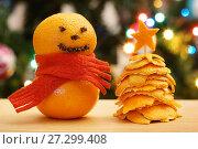 Купить «Мандариновый снеговик и ёлочка из мандариновых корок», эксклюзивное фото № 27299408, снято 5 января 2017 г. (c) Dmitry29 / Фотобанк Лори