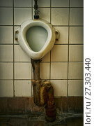 Купить «Dirty old soviet urinal in public toilet», фото № 27303440, снято 8 декабря 2017 г. (c) Георгий Дзюра / Фотобанк Лори