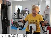 Женщина выполняет упражнение на тренажёре в центре Бубновского (2017 год). Редакционное фото, фотограф Дмитрий Неумоин / Фотобанк Лори