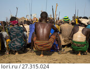 Купить «Tribe warriors during the proud ox ceremony in the Dassanech tribe waiting to share the cow meat, Turkana County, Omorate, Ethiopia.», фото № 27315024, снято 6 июня 2017 г. (c) age Fotostock / Фотобанк Лори