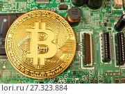 Купить «Золотая монета Bitcoin лежит на электронной компьютерной плате», эксклюзивное фото № 27323884, снято 25 декабря 2017 г. (c) Юрий Морозов / Фотобанк Лори