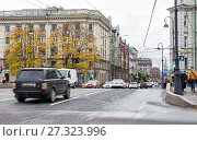 Купить «The usual autumn cloudy day in St. Petersburg. Traffic of cars and pedestrians on busy Kamennoostrovsky Prospekt, one of the main streets of the city», фото № 27323996, снято 18 октября 2017 г. (c) Юлия Бабкина / Фотобанк Лори