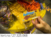 Купить «A shopper chooses a Nestlé's brand Butterfinger candy in a store in New York on Tuesday, September 5, 2017. Major confectioners including Hershey, Mars...», фото № 27325068, снято 5 сентября 2017 г. (c) age Fotostock / Фотобанк Лори