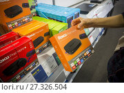 A shopper chooses a Roku video-streaming product on display in a Best Buy store in New York on Sunday, September 3, 2017. Roku is reported to have filed... Редакционное фото, фотограф Richard Levine / age Fotostock / Фотобанк Лори