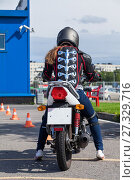 Купить «Девушка в защитной экипировке сдает на права категории А на площадке на мотоцикле», фото № 27329716, снято 19 августа 2016 г. (c) Кекяляйнен Андрей / Фотобанк Лори