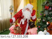 Купить «Дед Мороз плохо слышит», фото № 27333208, снято 25 декабря 2017 г. (c) Иван Карпов / Фотобанк Лори