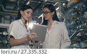 Купить «Women on the factory with tablet PC», видеоролик № 27335332, снято 10 июля 2017 г. (c) Илья Шаматура / Фотобанк Лори
