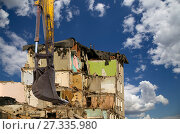 Купить «Demolition of an old house on the sky with clouds. Moscow, Russia», фото № 27335980, снято 24 декабря 2015 г. (c) Владимир Журавлев / Фотобанк Лори
