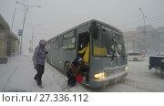 Купить «Пассажиры с детьми садятся в автобус во время метели», видеоролик № 27336112, снято 28 декабря 2017 г. (c) А. А. Пирагис / Фотобанк Лори