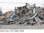 Купить «Снос с помощью экскаватора незаконных построек в Москве», фото № 27342164, снято 9 февраля 2016 г. (c) Алёшина Оксана / Фотобанк Лори
