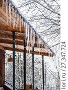 Купить «Ледяные сосульки свисают с карниза крыши крыльца церкви в зимнюю оттепель», фото № 27347724, снято 6 января 2013 г. (c) Алёшина Оксана / Фотобанк Лори