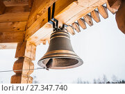 Купить «Новый церковный колокол на колокольне деревянной церкви», фото № 27347740, снято 6 января 2013 г. (c) Алёшина Оксана / Фотобанк Лори