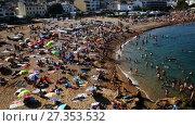 Купить «TOSSA DE MAR, SPAIN - AUGUST 17, 2017: View of crowded beach on hot sunny day», видеоролик № 27353532, снято 17 августа 2017 г. (c) Яков Филимонов / Фотобанк Лори