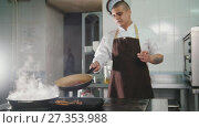 Купить «Chef cooking spaghetti in restaurant», видеоролик № 27353988, снято 23 июля 2019 г. (c) Константин Шишкин / Фотобанк Лори