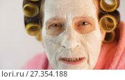 Купить «Angry wife swears at her husband», видеоролик № 27354188, снято 5 января 2018 г. (c) Илья Шаматура / Фотобанк Лори