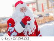 Купить «Добрый дед Мороз с микрофоном», фото № 27354292, снято 5 января 2018 г. (c) Иван Карпов / Фотобанк Лори