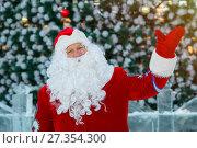 Купить «Добрый дед Мороз возле елки на улице», фото № 27354300, снято 5 января 2018 г. (c) Иван Карпов / Фотобанк Лори