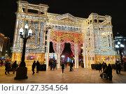 Купить «Новогодняя Москва. Новопушкинский сквер, арка в виде светящегося театрального фасада», эксклюзивное фото № 27354564, снято 1 января 2018 г. (c) Dmitry29 / Фотобанк Лори