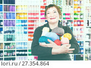 Mature female with colorful yarn for their hobby. Стоковое фото, фотограф Яков Филимонов / Фотобанк Лори