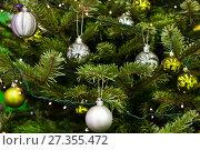 Купить «Новогодние елочные шары на натуральной елке», фото № 27355472, снято 5 января 2018 г. (c) Victoria Demidova / Фотобанк Лори