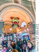 Вход в ГУМ в новогодние дни (2018 год). Редакционное фото, фотограф Виктор Тараканов / Фотобанк Лори