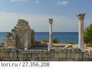 Купить «Мраморные колонны древнегреческой базилики VI-X вв. на берегу Черного моря в Херсонесе Таврическом», фото № 27356208, снято 4 сентября 2017 г. (c) Наталья Гармашева / Фотобанк Лори
