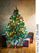 Купить «Новогодняя ёлка стоит на полу в комнате», эксклюзивное фото № 27356644, снято 7 января 2018 г. (c) Dmitry29 / Фотобанк Лори