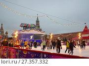 Купить «Москва. ГУМ-каток на Красной площади», эксклюзивное фото № 27357332, снято 28 декабря 2017 г. (c) Елена Коромыслова / Фотобанк Лори