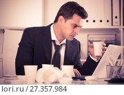Купить «Businessman working in hot office», фото № 27357984, снято 20 апреля 2017 г. (c) Яков Филимонов / Фотобанк Лори
