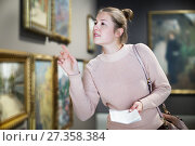 Woman with guide looking at pictures in museum. Стоковое фото, фотограф Яков Филимонов / Фотобанк Лори