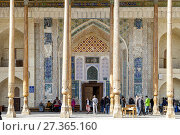 A Group Of Tourists Visiting The Bolo Hauz Mosque, Bukhara, Uzbekistan. Стоковое фото, фотограф Grant Rooney / age Fotostock / Фотобанк Лори
