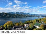 Купить «Раннее осеннее утро в городе Милльштатт-ам-Зе (Millstatt am See) на берегу озера Mилльштеттер. Австрия», фото № 27378688, снято 8 октября 2017 г. (c) Bala-Kate / Фотобанк Лори