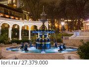 Купить «Старинный фонтан в бывшем Губернаторском парке (Парк Вахида) в ночной подсветке. Баку, Азербайджан», фото № 27379000, снято 30 декабря 2017 г. (c) Виктор Карасев / Фотобанк Лори