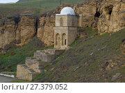 Купить «Вид на старинный мавзолей Дири Баба в окрестностях деревни Мараза. Азербайджан», фото № 27379052, снято 3 января 2018 г. (c) Виктор Карасев / Фотобанк Лори