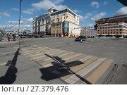 Купить «Тень от светофора на пешеходном переходе», эксклюзивное фото № 27379476, снято 25 марта 2017 г. (c) Дмитрий Неумоин / Фотобанк Лори