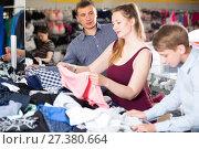 Купить «Parents with their teenage son choose things», фото № 27380664, снято 13 апреля 2017 г. (c) Яков Филимонов / Фотобанк Лори