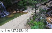 Купить «El Torrent de la Cabana small mountain stream with crystal clear water», видеоролик № 27385440, снято 16 мая 2017 г. (c) Яков Филимонов / Фотобанк Лори